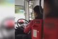 سائق باص يقص الأظافر اثناء القيادة في الطريق السريع.... إعرف ماذا حل به!!
