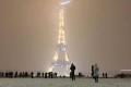 """بعد الأمطار.. الثلوج تشل باريس وتغلق برج """"إيفل"""""""