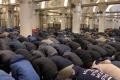 """اندلاع مواجهات في الأقصى وإصابات بالأعيرة المطاطية وآلاف الفلسطينيين يؤدون صلاة """"فجر الأمل"""" في المسجد ..."""