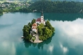 فيديو| جزيرة سلوفينية وسط بحيرة زمردية.. ما سر جرس كنيستها الغارق؟