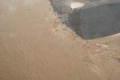 بالصور... الأمطار الغزيرة تتسبب في انهيار أحد السدود السعودية