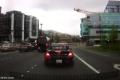 """بالفيديو... لحظة السقوط """"القاتل"""" لرافعة عملاقة وسحق السيارات في سياتل"""