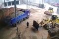 سائق جرافة لم يلاحظ الفتاة وجرفها مع كومة الرمل وألقاها في الشاحنة (فيديو)
