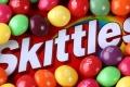 لماذا يُطعم المزارعون الأمريكيون الماشية حلوى سكيتلز ؟