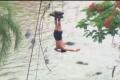 شاهد الفيدو.. مغامر يتدلى فوق 250 تمساحاً فتاكاً بعرض متهور