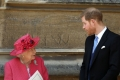 الكشف عما تحمله الملكة إليزابيث في حقيبة يدها