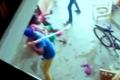 بالفيديو ...هندي يضرب زوجة أخيه بسبب إنجابها أنثى بدل الذكر !