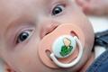 """في دراسة مفاجئة.. لعق """"لهاية"""" الرضيع ضروري لحمايته"""