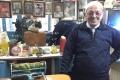 في نابلس.. الحاج وليد يمارس الحِلاقة منذ 69 عامًا وتسريحة واحدة للجميع!