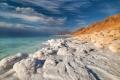 ما سبب ملوحة البحر الميت الزائدة عن باقي المسطحات المائية على سطح الأرض ؟