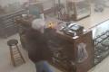 """بالفيديو ..لص """"أحمق"""" حاول سرقة محل أسلحة فقتل على الفور !"""