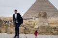 أطول رجل وأقصر امرأة بالعالم تحت سفح الأهرامات