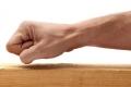 ما الأصل في خرافة الطرق على الخشب لمنع الحسد؟