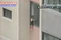 عبرة لكل اب وأم... شاهد الفيديو: طفلة تسقط من نافذة برج سكني أثناء لعب الغميضة