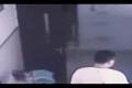 بالفيديو .. معلمٌ غاضب يجر طفلة على الأرض ويضربها في الحائط بقوة