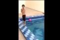 فيديو مروِّع ومؤلم لسقوط طفل بحمام السباحة