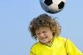 ضرب الكرة المتكرر بالرأس يؤذي الدماغ على المدى الطويل