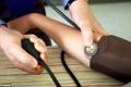 خطوتان تجعلانك تعرف إن كنت مصاباً بمرض القلب.. إحداهما لا يقوم بها الطبيب بسبب انشغاله