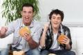 الأكل أثناء مشاهدة التلفزيون يعزز من السمنة