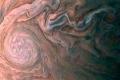 أعاصير عملاقة تغطي أضخم كوكب شمسي
