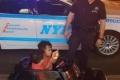شرطي يحرر مخالفة لطفلين أثناء لعبهما بسيارتهما