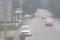 شاهد نجاة شخص من موت محقق تحت عجلات سيارة