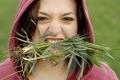 سؤال غريب لكنه منطقي... هل يستطيع الإنسان أن يأكل العشب؟