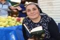 احتلت المركز الأول في مسابقة للمعلومات العامة.. امرأة تركية من بيع الفاكهة إلى قراءة الجرائد ...