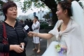 مذيعة صينية نقلت تقاريرها عن الزلزال بملابس الزفاف
