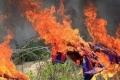 """بالفيديو... فلسطينيون يحرقون قمصان """"برشلونة"""".. """"احتجاجاً"""""""