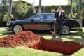 مليونير يدفن سيارته الفارهة ليستخدمها في الآخرة بعد مماته!!