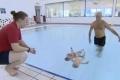 توأم عمرهما 9 أشهر يسبحان 25 متراً دون مساعدة...شاهد الفيديو
