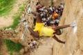 بالصور والفيديو: سبايدرمان حقيقي من الهند يتسلق مسافة 90 متر دون اي حماية
