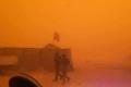 بالصور ...عاصفة رملية ضخمة تجتاح مناطق واسعة من العراق وتسبب حالات اختناق في مخيمات النازحين