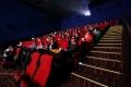 لماذا تكون مقاعد دور السينما غالبًا حمراء اللون؟