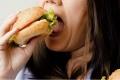 بعض الحيل التي تساعد على تقليل كميات الطعام ليلا