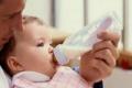 خبراء ينصحون باستخدام الرضاعات الزجاجية بدلاً من البلاستيكية