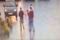 """بالفيديو.. زبون يقتل حلاقه أمام الناس بسبب """"تسريحة الشعر"""""""