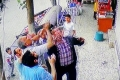 بالفيديو... لقطات مثيرة لإنقاذ طفلة تركية سقطت من شرفة منزلها