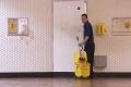 عامل نظافة يجمع ربع مليون دولار خلال عام!