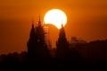 إذا كانت الشمس تشرق من جهة الشرق فلماذا يبدأ الكسوف من جهة الغرب ثم يتحرك ...
