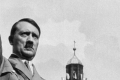 شبيه هتلر يتجول على هيئته في مسقط رأسه
