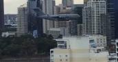 مشاهد مرعبة لطائرة مدنية عملاقة تحلق بين البيوت