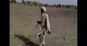 بالفيديو : ماذا فعل رجل كفيف ليصل إلى المسجد