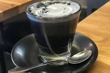 هل لديك الجرأة على تجربة مشروب لاتيه الفحم الجديد؟