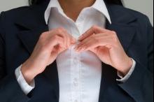 لماذا يختلف مكان أزرار القمصان عند الرجال عن النساء؟