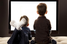 احذروا هذه الوضعية لجلوس أطفالكم أمام التليفزيون