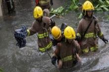 """إعصار """"مانكوت"""" يقذف بالأسماك إلى الشوارع"""