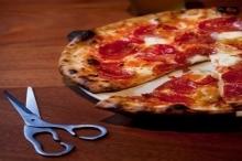 لماذا يتم تقطيع البيتزا بالمقص في إيطاليا؟