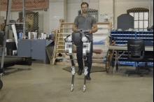 الروبوت كاسي تمشي كالبشر تماماً